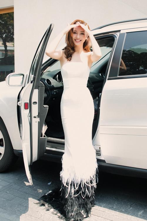 Jennifer Phạm khoe vai trần với váy ôm