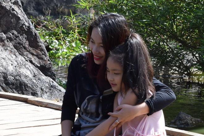 Hoài Linh vui đùa bên các diễn viên nhí trên trường quay
