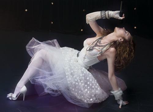 """Madonna diện váy cưới biểu diễn """"Like a Virgin"""" trên sân khấu giải thưởng Video Music Awards vào năm 1984."""
