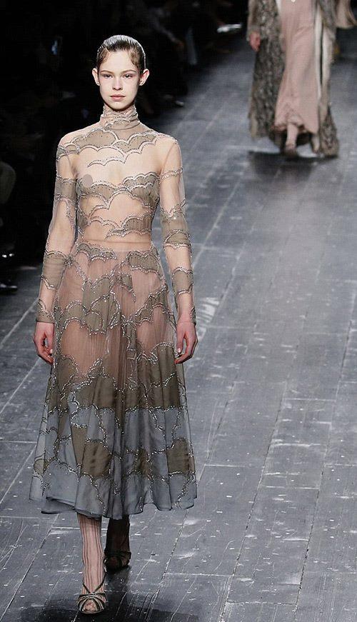 Valentino để người mẫu dưới 18 tuổi hở ngực catwalk