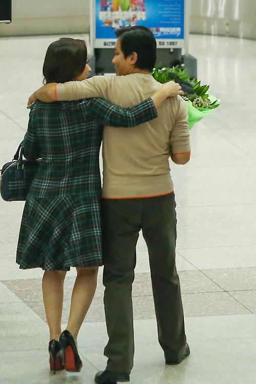 Phi Nhung lái xe ra sân bay đón Mạnh Quỳnh về nước