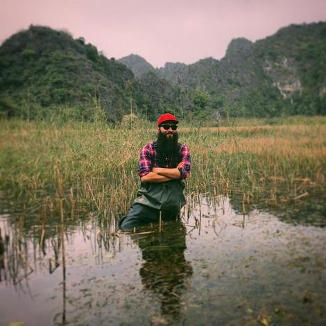 Đạo diễn Jordan Vogt-Roberts lội nước ở đầm Vân Long. Ảnh: Instagram Thomas Mann.