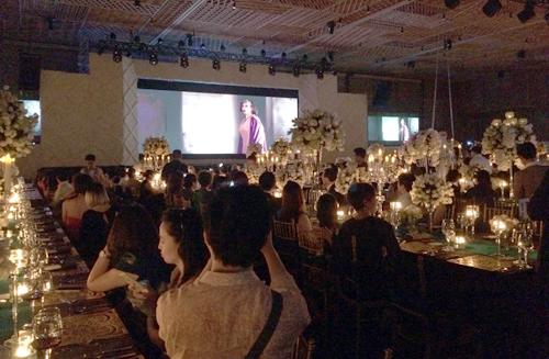 Quan khách thưởng thức bộ phim ngắn đậm chất ngôn tình do Victor Vũ đạo diễn.
