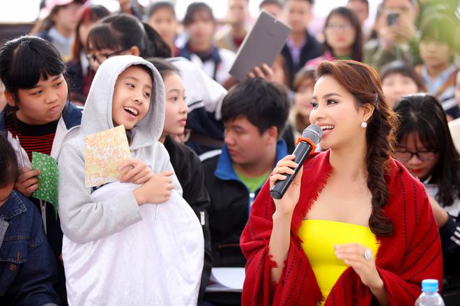 Phạm Hương được hàng trăm fan Hà Nội chào đón