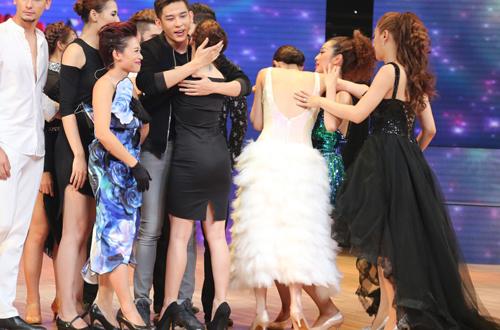 Khánh My ngất xỉu trên sân khấu 'Bước nhảy Hoàn vũ'
