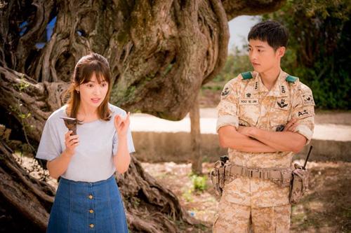 """Mix áo phông/sơ mi đẹp như Song Hye Kyo trong """"Hậu duệ Mặt trời"""""""