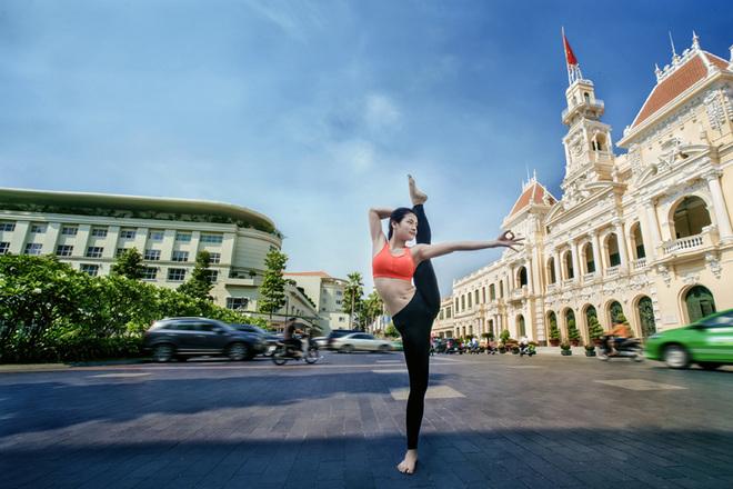 Phương Trinh Jolie khoe dáng trên đường phố Sài Gòn