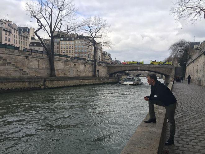 Đàm Vĩnh Hưng chơi đùa với chim bồ câu ở Paris