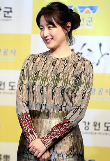 lee-young-ae-chi-37-trieu-won-giup-cau-be-viet-chua-benh-o-han