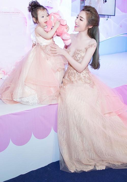 Con gái Elly Trần gây chú ý khi dự sự kiện cùng mẹ