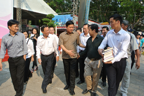 Bí thư Thành ủy TP HCM Đinh La Thăng đến tham quan Hội sách TP HCM vào chiều ngày 27/3.