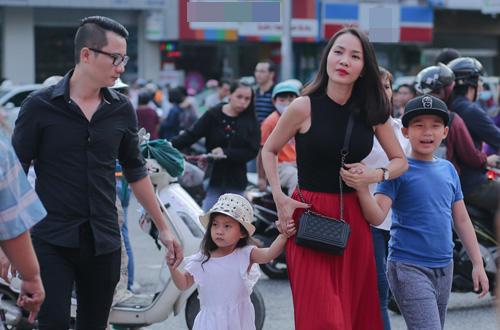 Hoàng Bách đưa vợ con đi Hội sách TP HCM