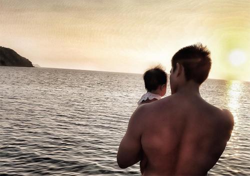 Dingdong Dantes bế con ra ngắm biển.