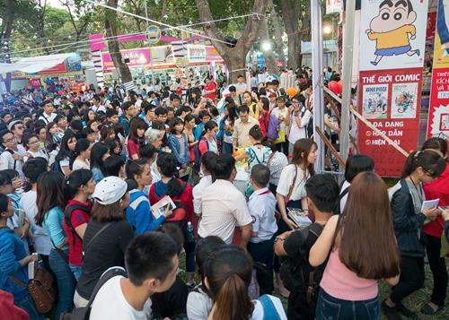 Hàng trăm độc giả chen chân xin chữ ký và giao lưu với Nguyễn Nhật Ánh tại Hội sách TP HCM lần chín.