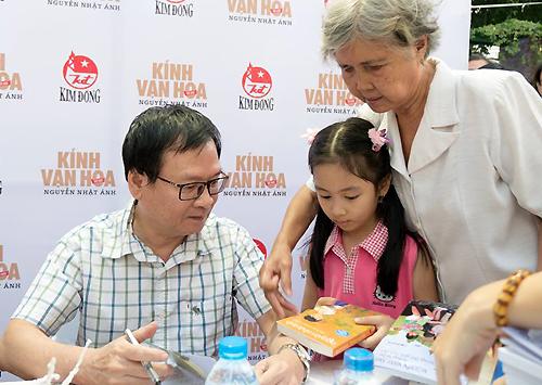 Nhà văn Nguyễn Nhật Ánh ký tặng bạn đọc ở Hội sách TP HCM lần chín.