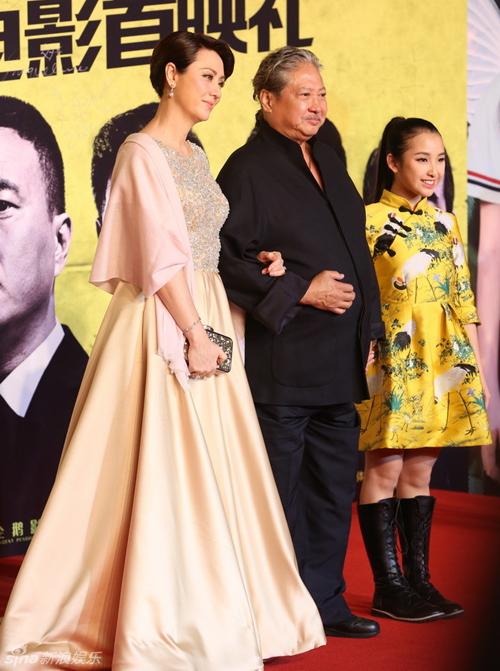 Hồng Kim Bảo giúp vợ chỉnh váy trên thảm đỏ