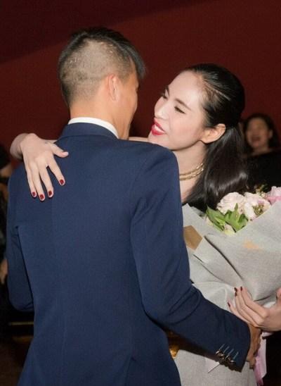 Công Vinh xuất hiện vào phút cuối trong buổi họp báo ra mắt phim của vợ tại Hà Nội.