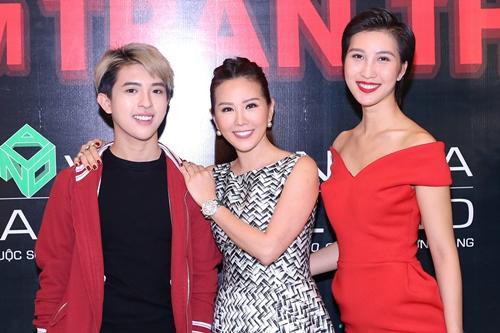 Dù mới 20 tuổi, con trai cả của Hoa hậu Thu Hoài đã thay mẹ quản lí một nhà hàng lớn.
