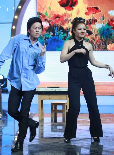 Hoài Linh nhái giọng hát rock, khoe vũ đạo
