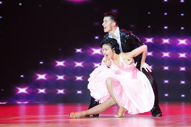 Jennifer Phạm tung váy gợi cảm nhảy Pasodoble