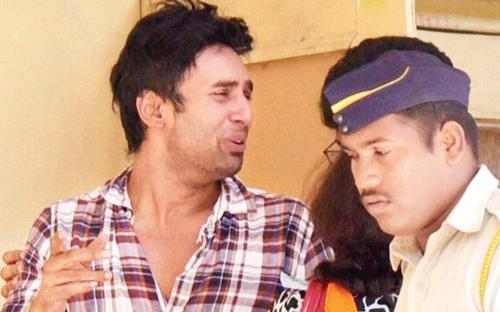 Rahul Raj Singh khi bị đưa đi thẩm vấn hôm 2/4. Anh được thả sau 14 tiếng.