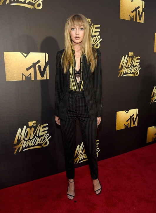 Khoe nội y, xuyên thấu tràn ngập thảm đỏ MTV Movie Awards