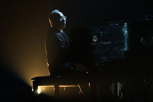 Nhạc sĩ Nguyễn Ánh 9 bên phím dương cầm. Ảnh: Quý Đoàn.