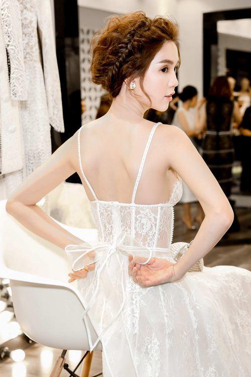 Ngọc Trinh diện mốt váy ngủ xuyên thấu