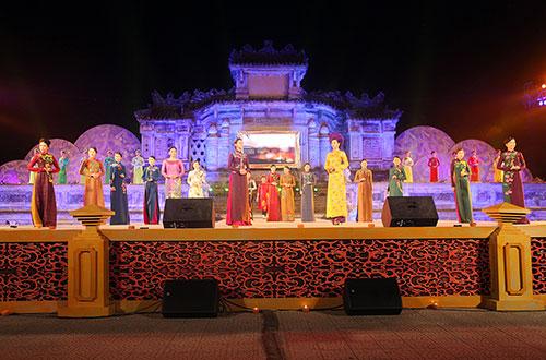 lan-khue-dien-ao-dai-gam-trong-festival-hue-2016-6