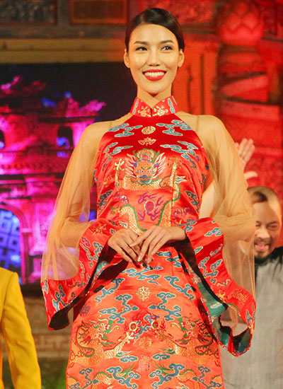 lan-khue-dien-ao-dai-gam-trong-festival-hue-2016-2
