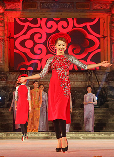 lan-khue-dien-ao-dai-gam-trong-festival-hue-2016-5