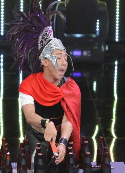 dien-vien-xiec-khong-xuong-tro-tai-uon-deo-ban-cung-bang-chan-5