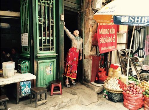 Taiwanese singer, actress Dee Hsu takes photos in Hanoi Old Quarter