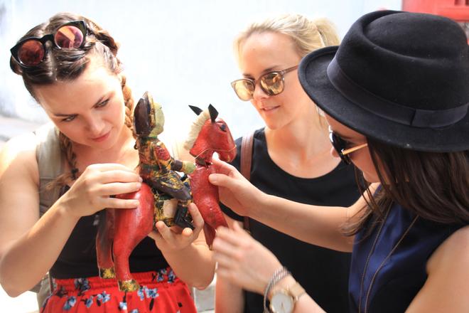Nghệ sĩ Australia thích thú với đồ truyền thống Việt Nam