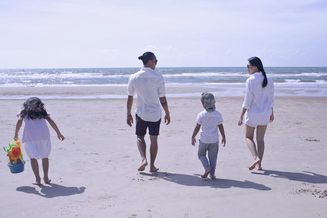 Gia đình Phạm Anh Khoa đi chơi biển giải nhiệt mùa hè