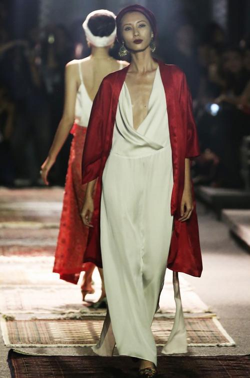 Mẫu nam mặc đồ nữ diễn trong show của Li Lam