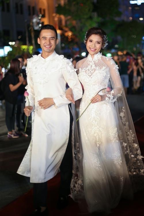 Elly Trần, Diễm My mặc áo dài làm duyên trên phố đi bộ Nguyễn Huệ