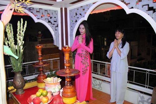 cong-vinh-mac-ao-lam-cung-thuy-tien-du-le-phat-dan-2