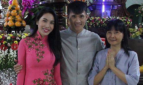 cong-vinh-mac-ao-lam-cung-thuy-tien-du-le-phat-dan-1