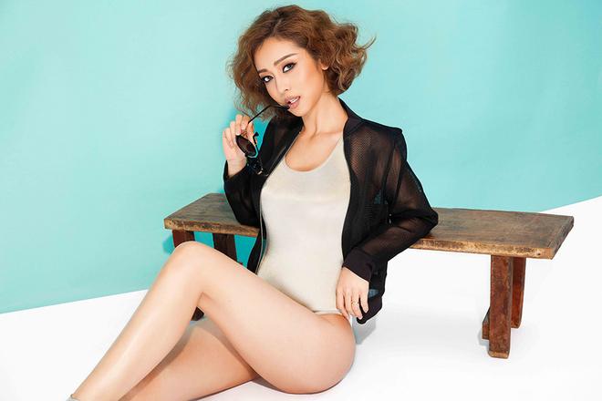 Jennifer Phạm khoe cơ thể với áo tắm