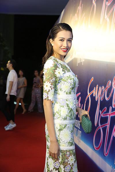 Á hậu Hoàn vũ Việt Nam 2015 Lệ Hằng chọn váy ren xuyên thấu.