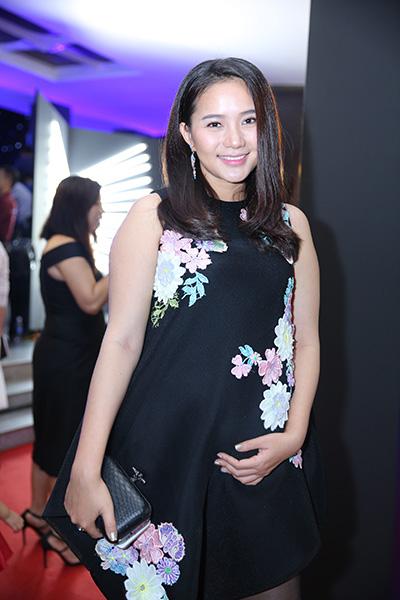 Phan Như Thảo diện váy suông.