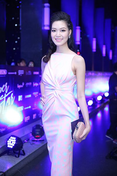Hoa hậu Thùy Dung diện váy hồng in họa tiết sao xanh.