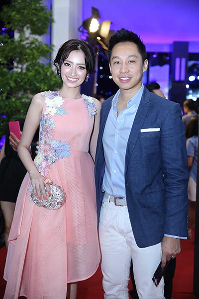 Trúc Diễm cùng chồng đi xem thời trang. Người đẹp diện đầm hồng bất đối xứng đính hoa 3D.