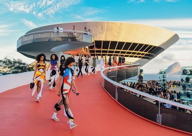 Louis Vuitton dựng show thời trang bên bờ biển