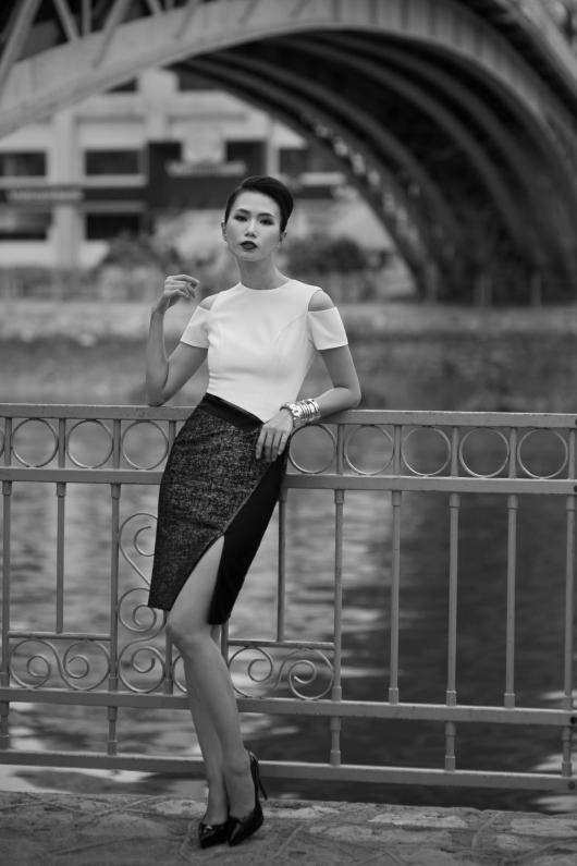 Xu hướng váy xẻ đùi, khoét ngực tông đen trắng cho hè 2016