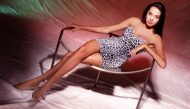 Angelina Jolie khoe nét xuân thì trong bộ ảnh năm 15 tuổi