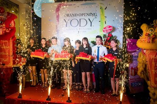Lễ cắt băng khai trương showroom tại Hà Nội.