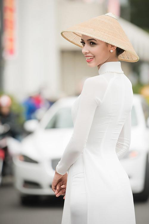 Kỳ Duyên cùng Hoa hậu Pháp diện áo dài dạo chợ Bến Thành