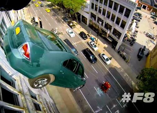 Hậu trường cảnh xe hơi rơi xuống đường phố trong 'Fast 8' - ảnh 1